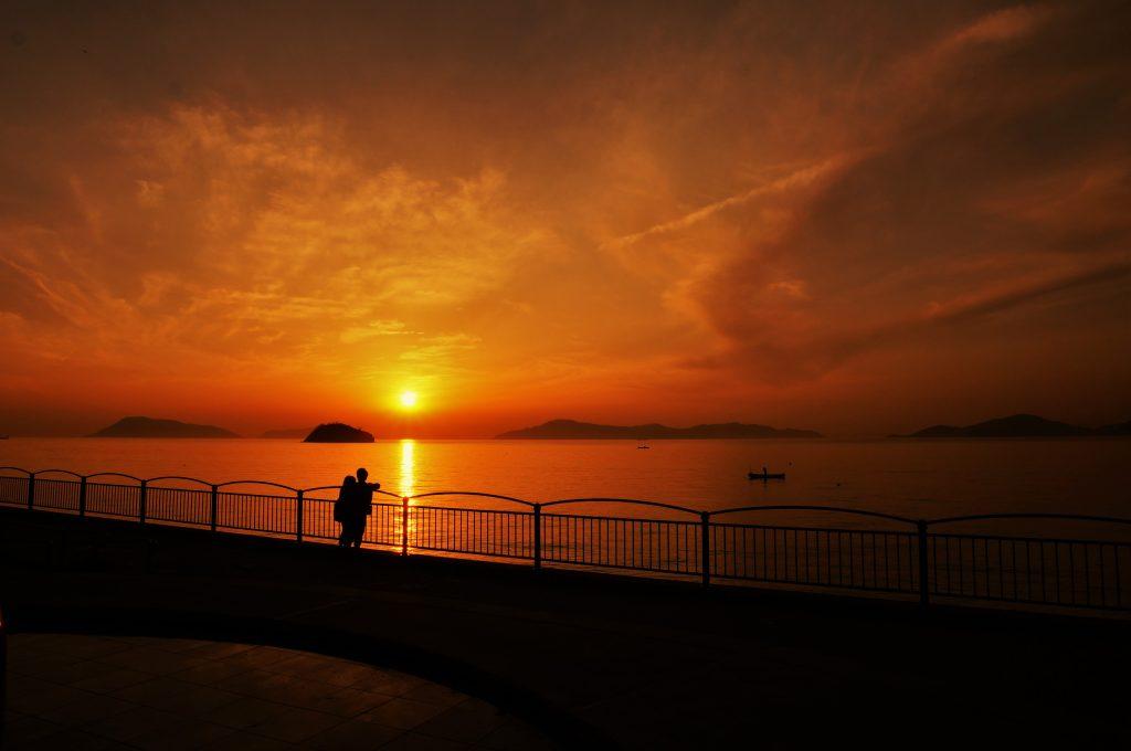 瀬戸内海に沈む夕陽(宇多津臨海公園)